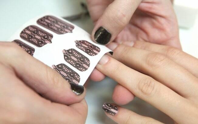 Paula Soave, do Empório das Unhas, faz a aplicação de adesivos. A colagem é fácil e pode ser realizada em casa, pela própria pessoa