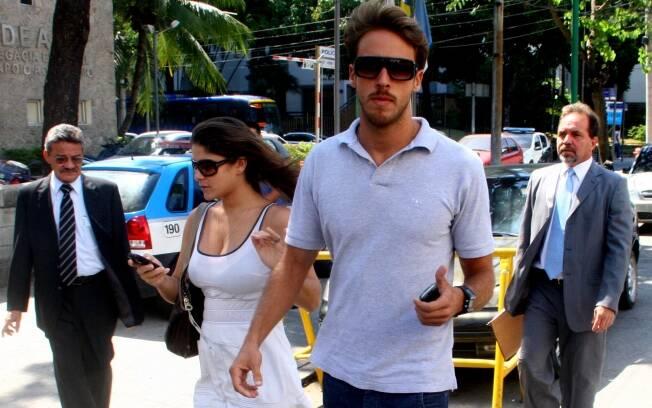 Priscila Fantin e Renan Abreu chegam para audiência