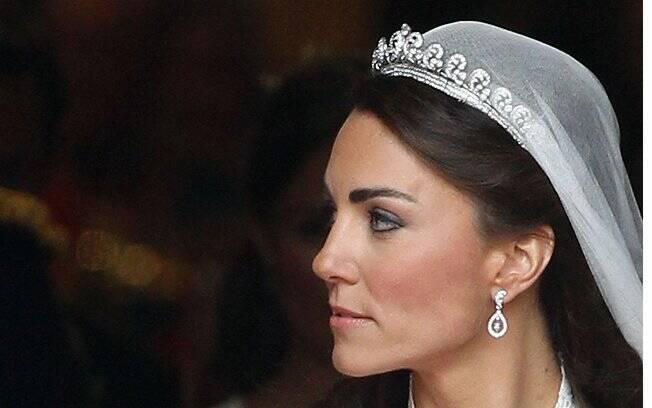 O brinco em formato de folha de carvalho com diamantes foi presente dos pais da noiva e são do designer Robinson Pelham. O desenho lembra o brasão da família Middleton