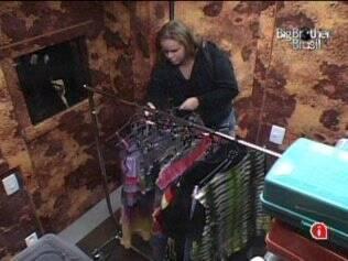 Paulinha recolhe as roupas na despensa