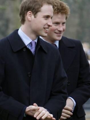 Príncipe William com seu irmão e, agora, padrinho de casamento Príncipe Harry