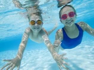 Crianças na água: supervisão e equipamento adequado são essenciais