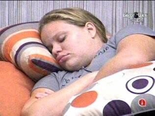 Paulinha dorme no sofá da Casa Luxo