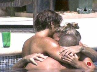 Adriana recebe o carinho de Diogo, Rodrigão e Maurício