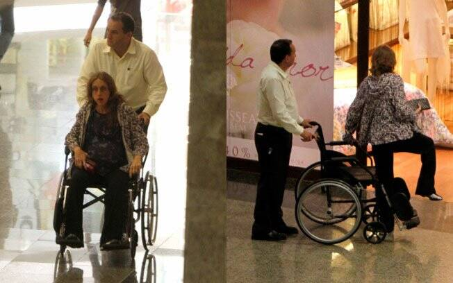 De cadeira de rodas, atriz circula por shopping
