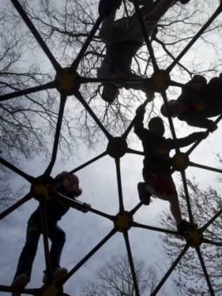 Crianças brincam em Nova York. Para estudo, ansiedades e medos decorrentes de evitar o perigo são piores do que um osso quebrado