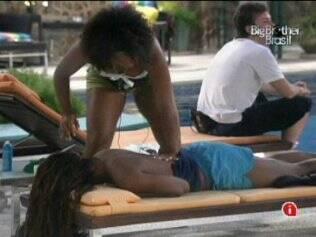 Jaqueline sente dores no corpo e recebe massagem de Janaína