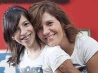 Gabriela, de 14 anos, com a mãe Adriana: ela já precisou ser sedada para tratar um problema bucal