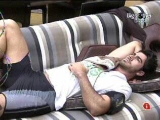 Preguiça pré-malhação: Rodrigão se arruma para malhar, mas deita no sofá