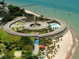 Arcos de concreto marcam o Hotel Tropical Tambaú, projetado por Sérgio Bernardes