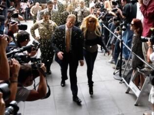 Lindsay Lohan cercada de fotógrafos ao se apresentar, ontem, para cumprir sentença de 90 dias por violação da condicional