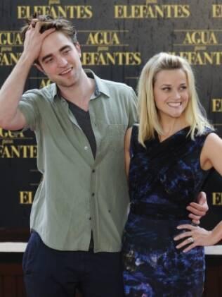 Reese Witherspoon e Robert Pattinson durante a première de