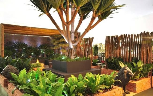 O pandanus aparece cercado por pacovás, filodendros, samambaias, asplênios e zamias no jardim de Alex Hanazaki